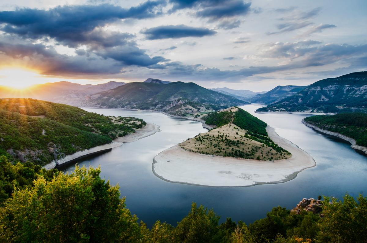 Der Fluss Arda im Rhodopen-Gebirge in Bulgarien