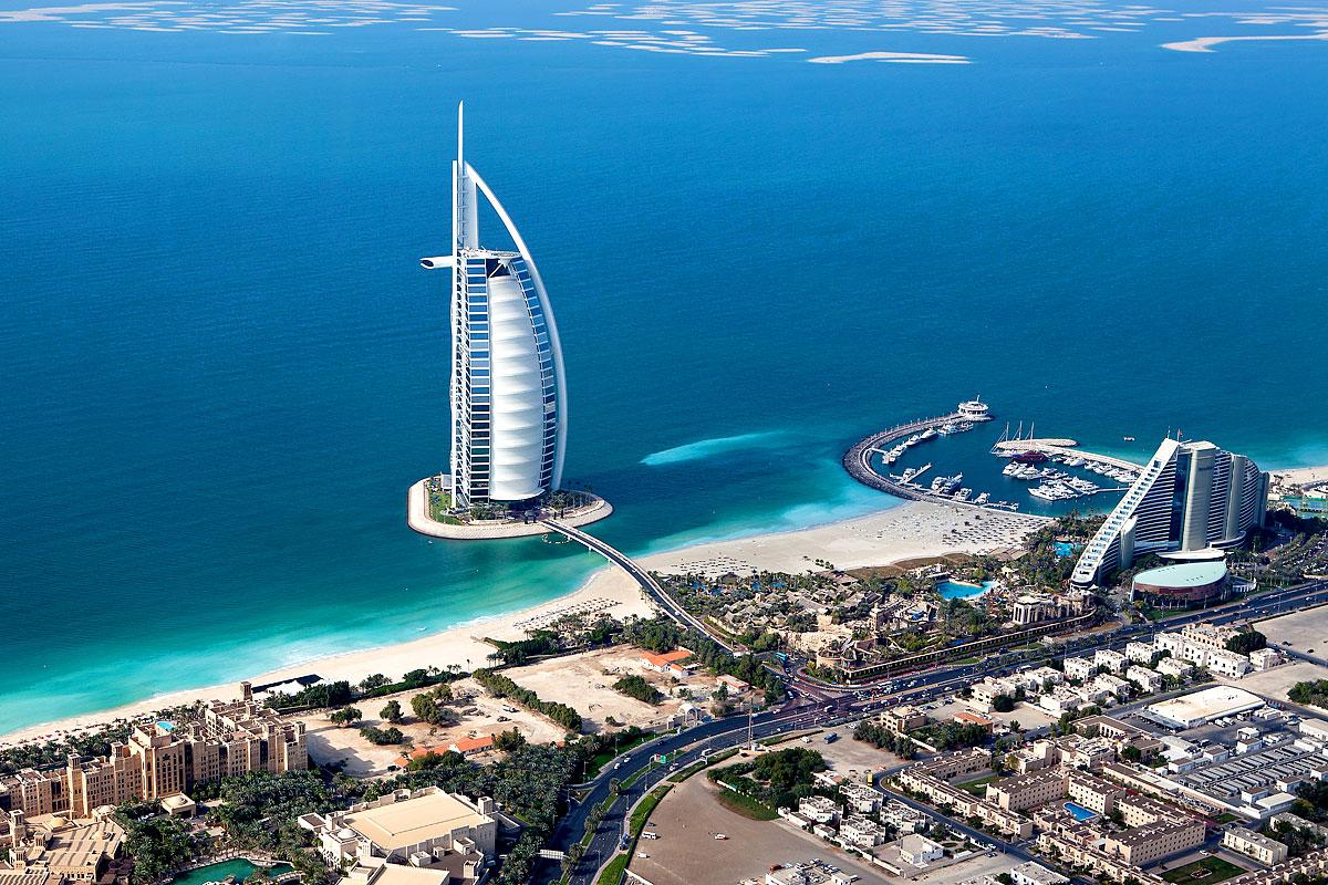 Luftaufnahme des Burj al Arab in Dubai