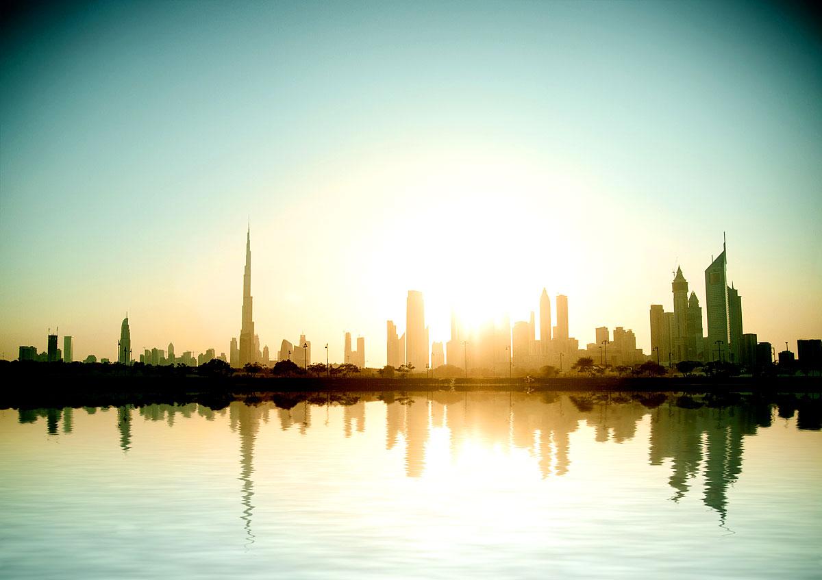 Blick über den Persischen Golf auf Dubais Skyline
