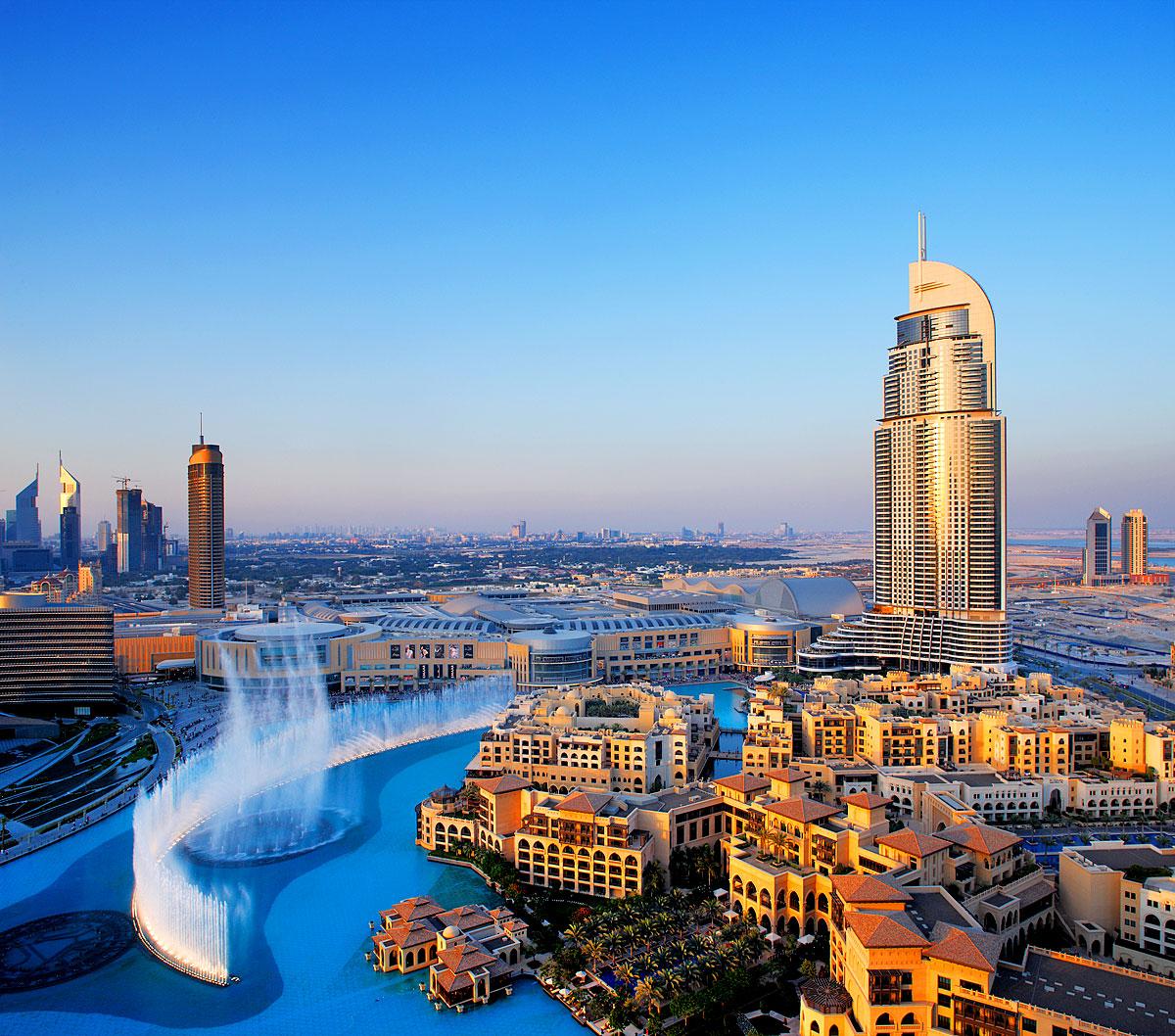 Die Dubai Fountain vor dem 302 Meter hohen Address Hotel