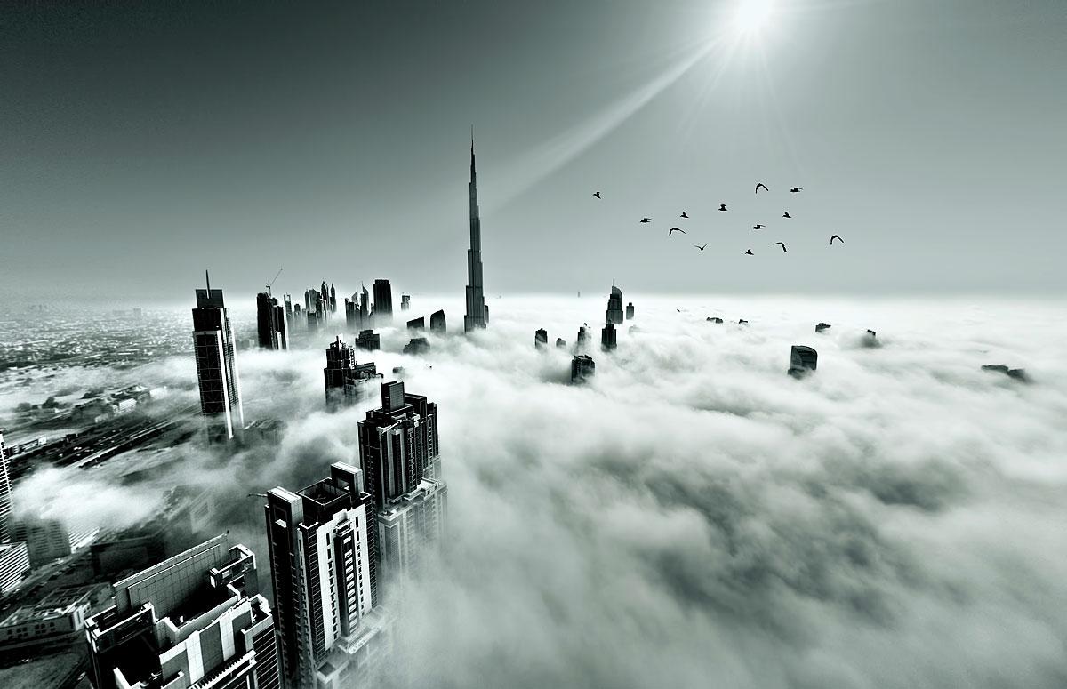 Die Skyline Dubais im Morgennebel