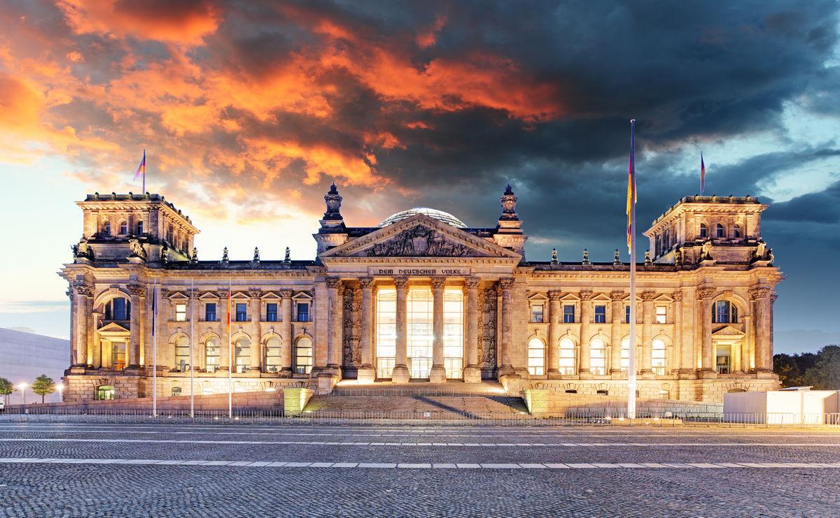 Reichstag in Berlin in der Abenddämmerung