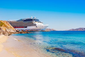 Kreuzfahrtschiff vor Mykonos