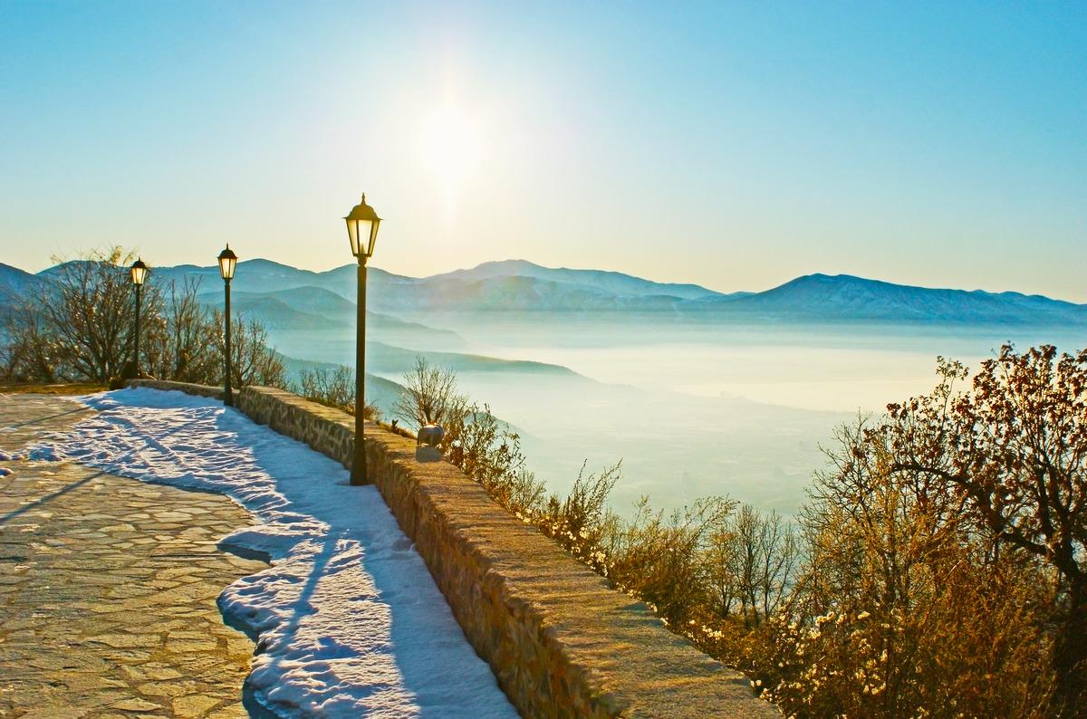 Blick über das neblige Tal des Sees Orestiada in Kastoria