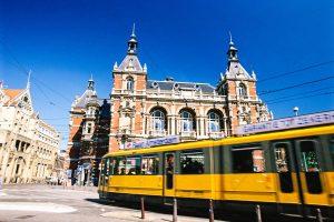 Bahnhof Amsterdam Centraal mit Straßenbahn