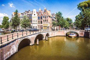 Amsterdam: Brücke über einen Kanal