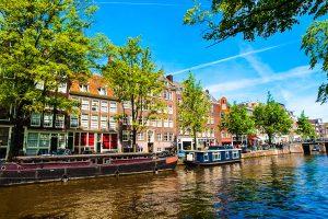 Amsterdam: Hausbote im Kanal