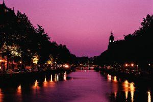 Kanal in Amsterdam (Nachtaufnahme)