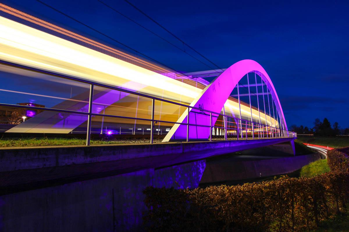 Beleuchtete Brücke in Stuttgart