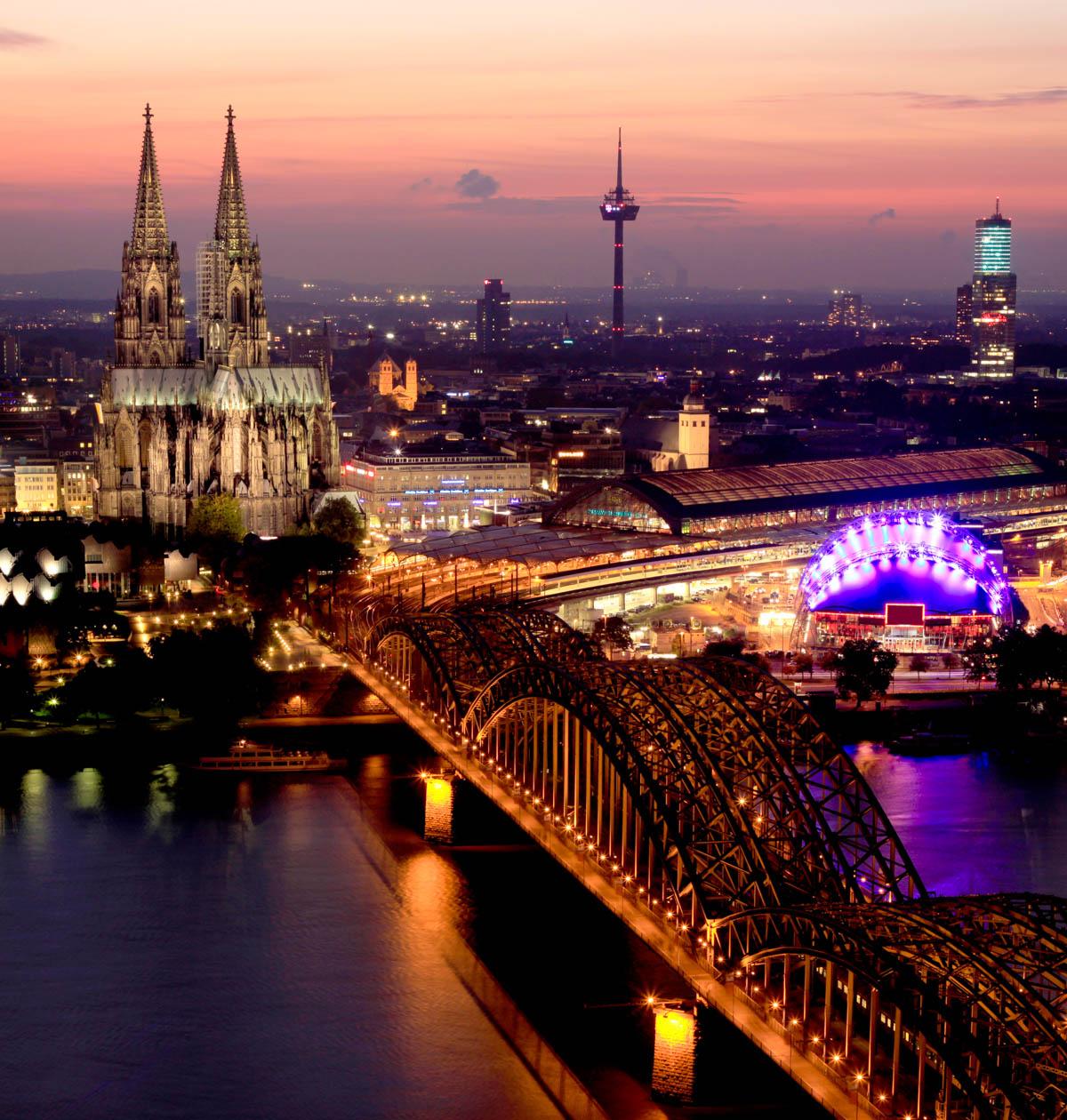 Nachtaufnahme: Rheinbrücke und Kölner Dom