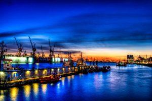 Nachtaufnahme des Hamburger Hafens (HDR)