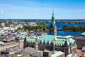 Blick über das Hamburger Rathaus und die Alster