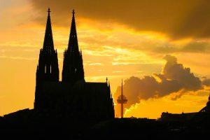 Silhouette des Kölner Doms im Sonnenuntergang