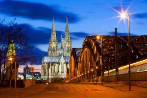 Blick auf die Rheinbrücke und den Dom in Köln