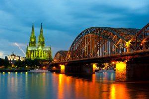 Nächtlicher Blick auf Rheinbrücke und Dom in Köln