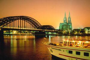 Nächtlicher Blick auf den Rhein bei Köln