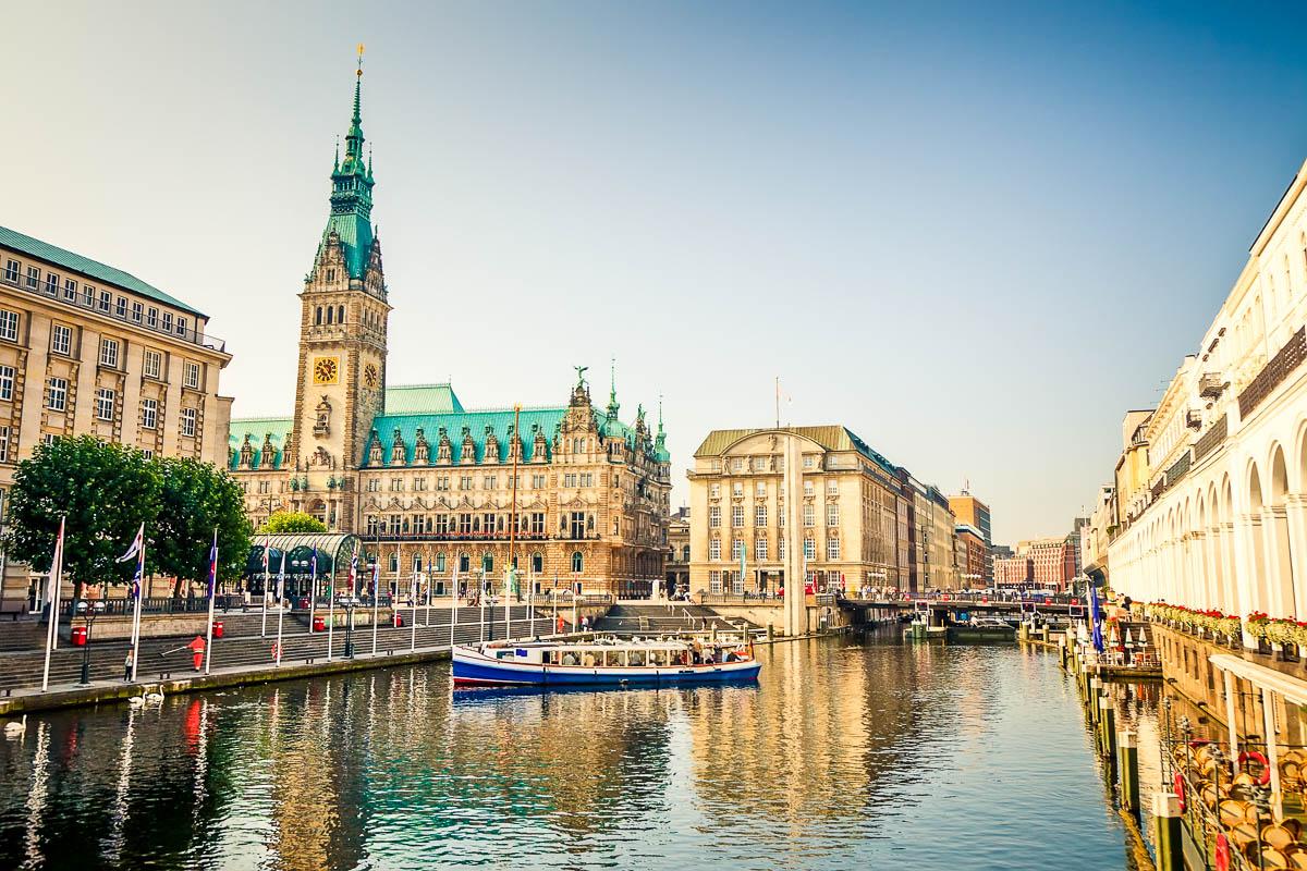 Rathaus Hamburg an der kleinen Alster