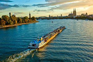 Frachtschiff auf dem Rhein in Köln