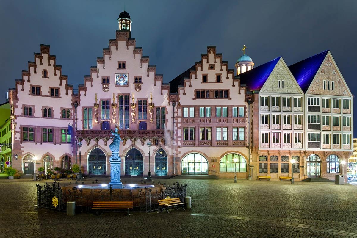 Römer Rathaus am Römerberg mit Justitia-Brunnen
