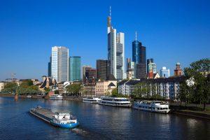 Blick über den Main auf die Frankfurter Skyline