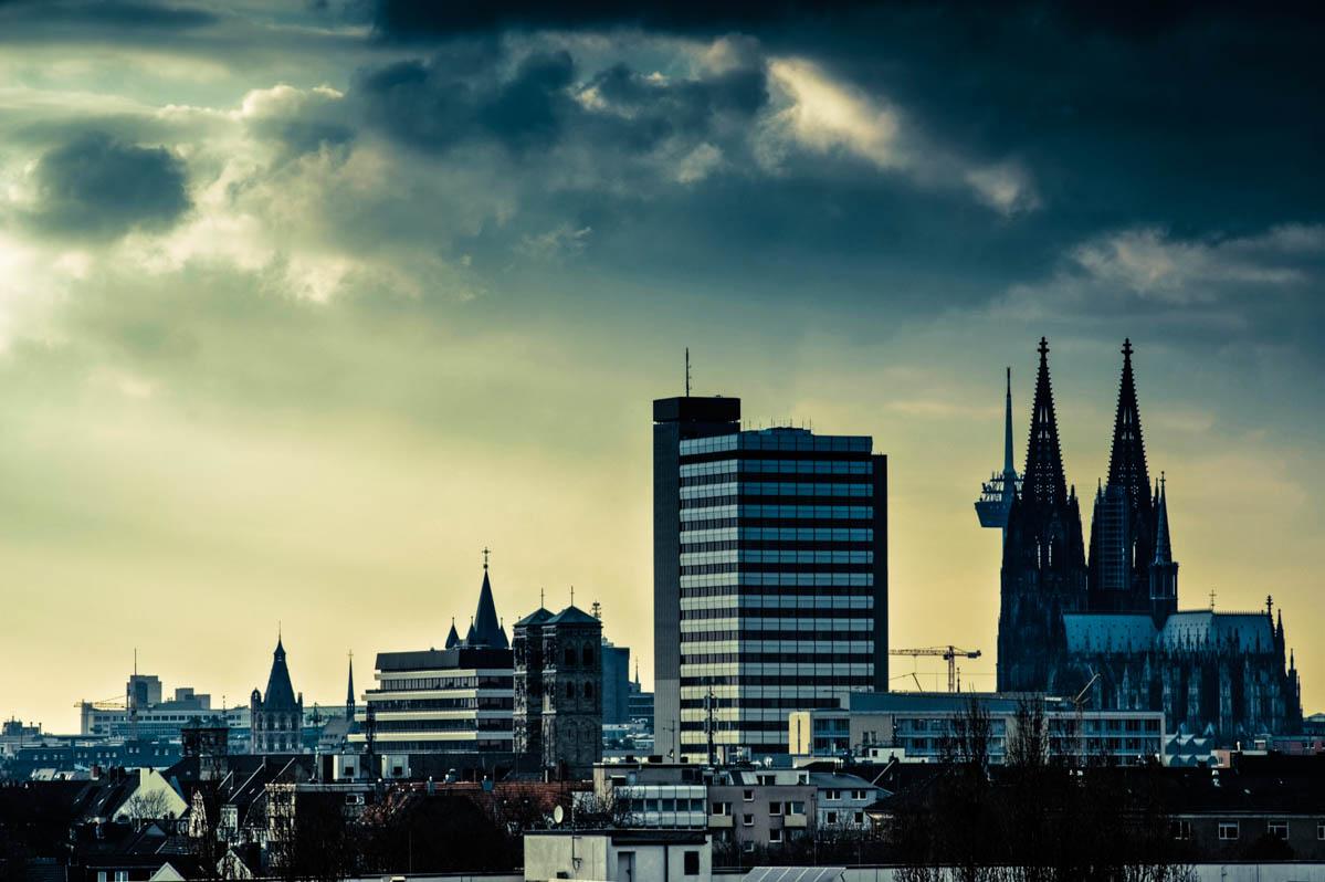 Skyline in Köln mit dramatischem Himmel