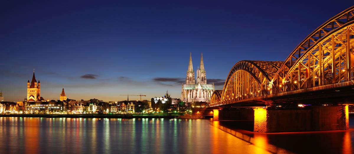 Nächtlicher Blick über den Rhein auf die Skyline von Köln