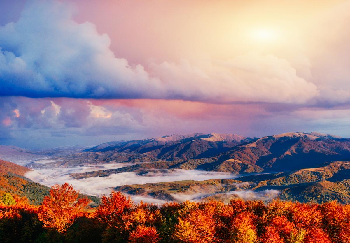 Neblige Herbstszene in den ukrainischen Karpaten