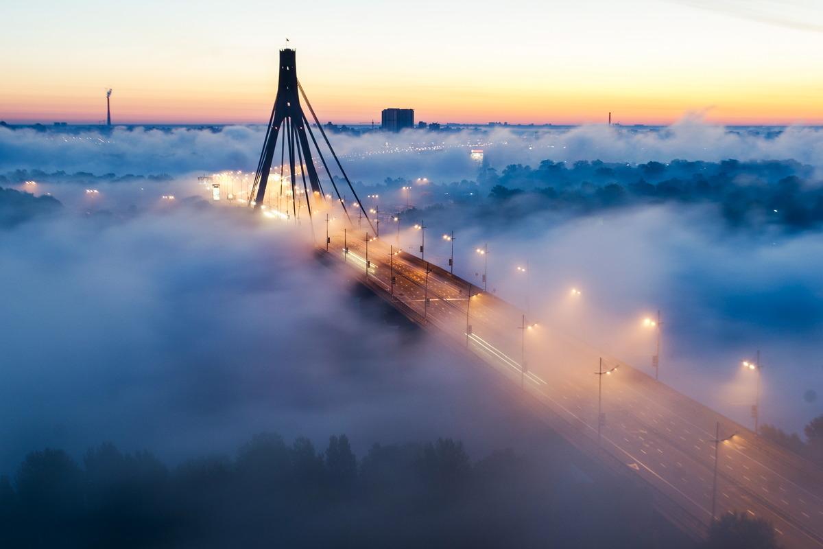 """Die """"Moskau-Brücke"""" in Kiew an einem nebligen Tag"""