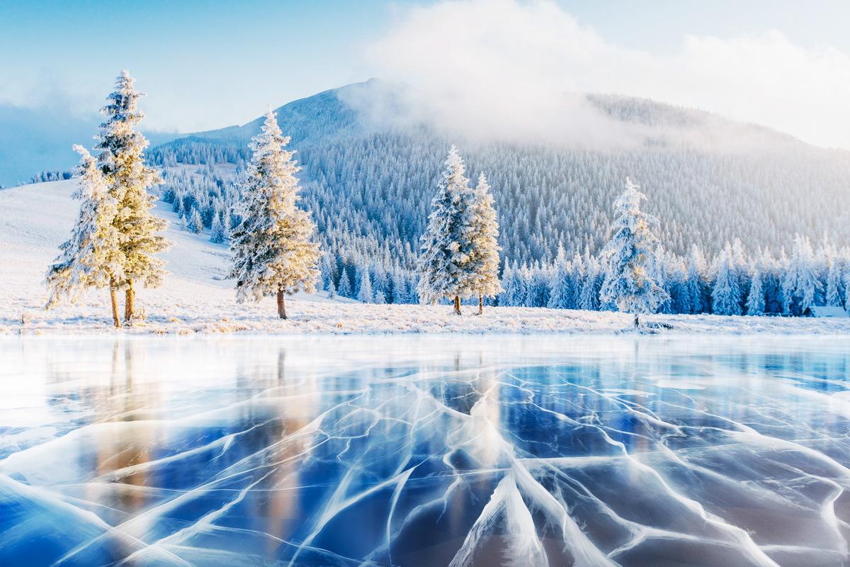 Gefrorener See in den ukrainischen Karpaten