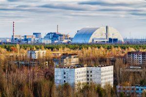 Blick von Prypjat auf das Atomkraftwerk in Tschernobyl
