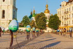 Riesige Ostereier auf dem Sophienplatz in Kiew
