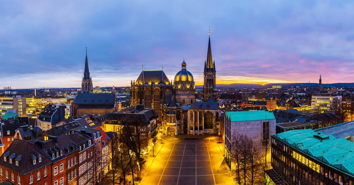 Abendlicher Blick auf den Dom Aachen