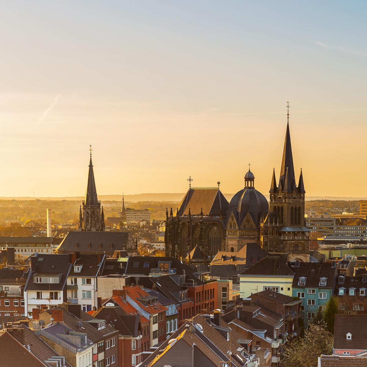 Dom in Aachen im Sonnenaufgang