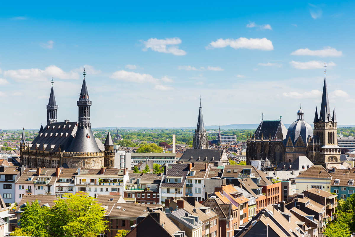 Blick über Aachen, links das Rathaus, rechts der Dom