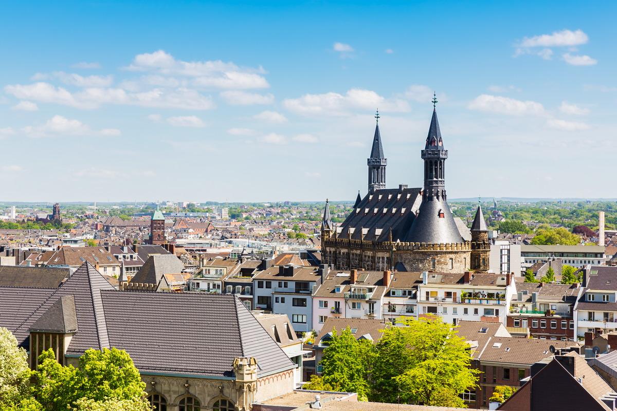 Blick über die Aachener Innenstadt mit dem Rathaus