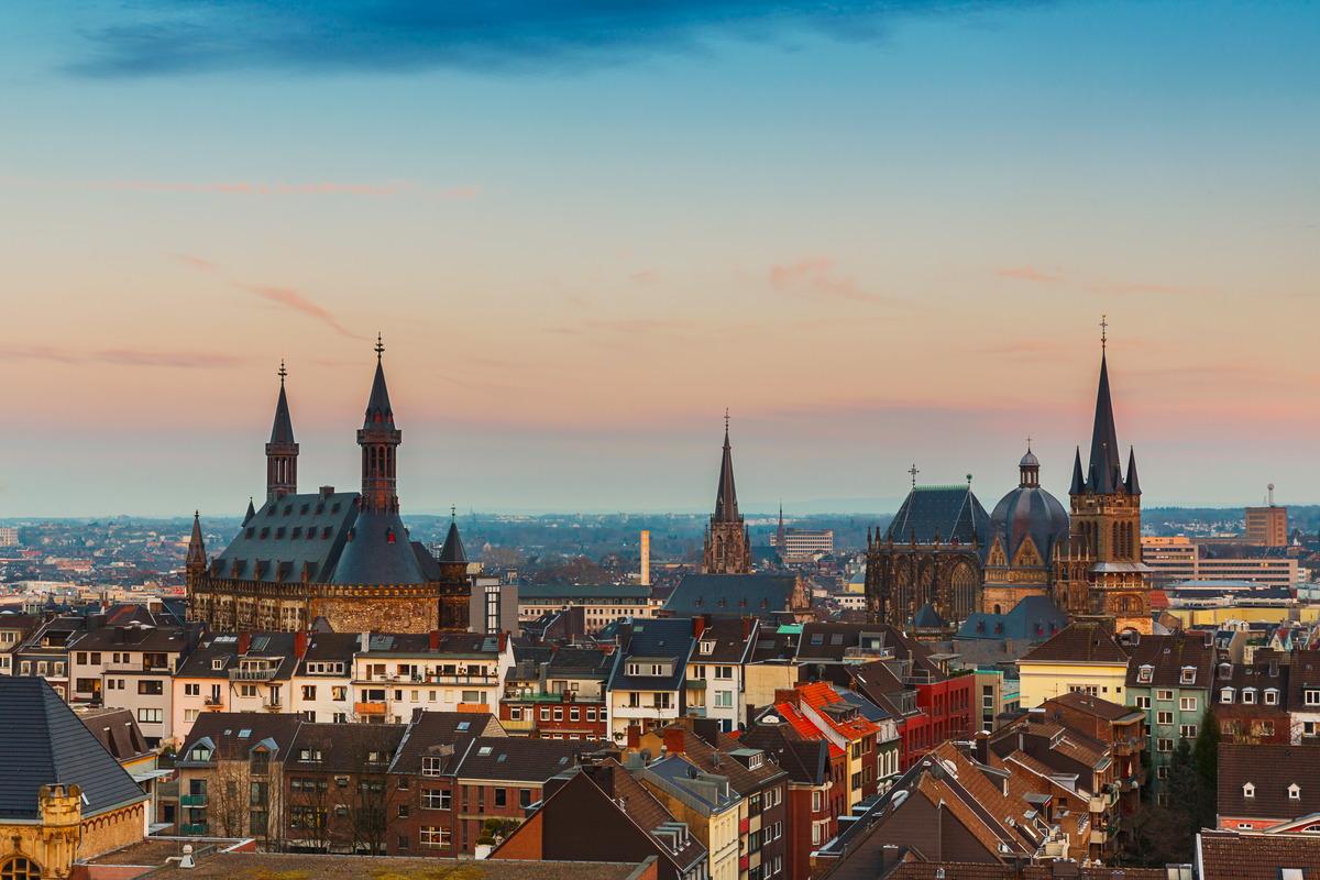 Aachen: Abendlicher Blick auf Dom und Rathaus