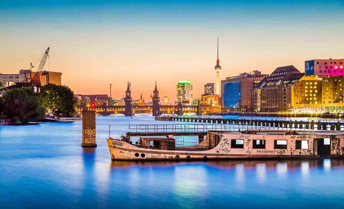 Blick auf die abendliche Berliner Skyline