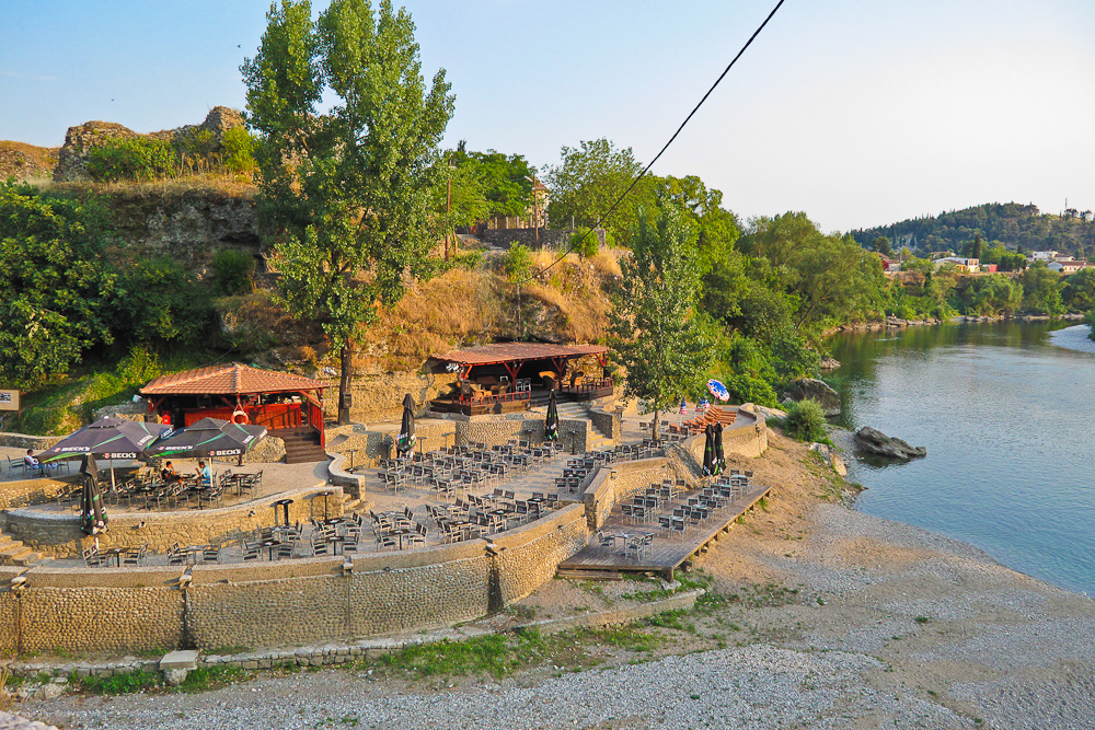 "River Cafe Bar ""Skaline"" am Moraca in Podgorica"
