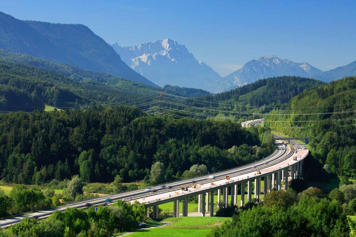 Autobahn in den bayrischen Alpen