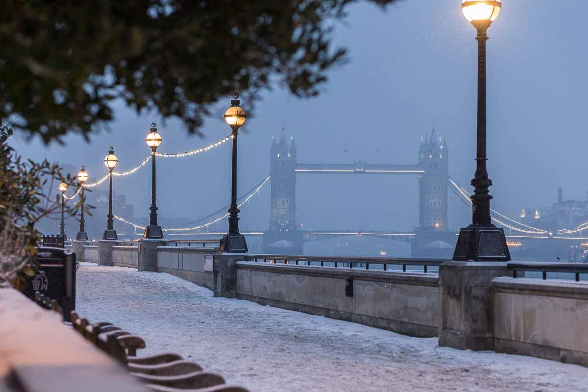 Blick auf die Tower Bridge im Nebel in London