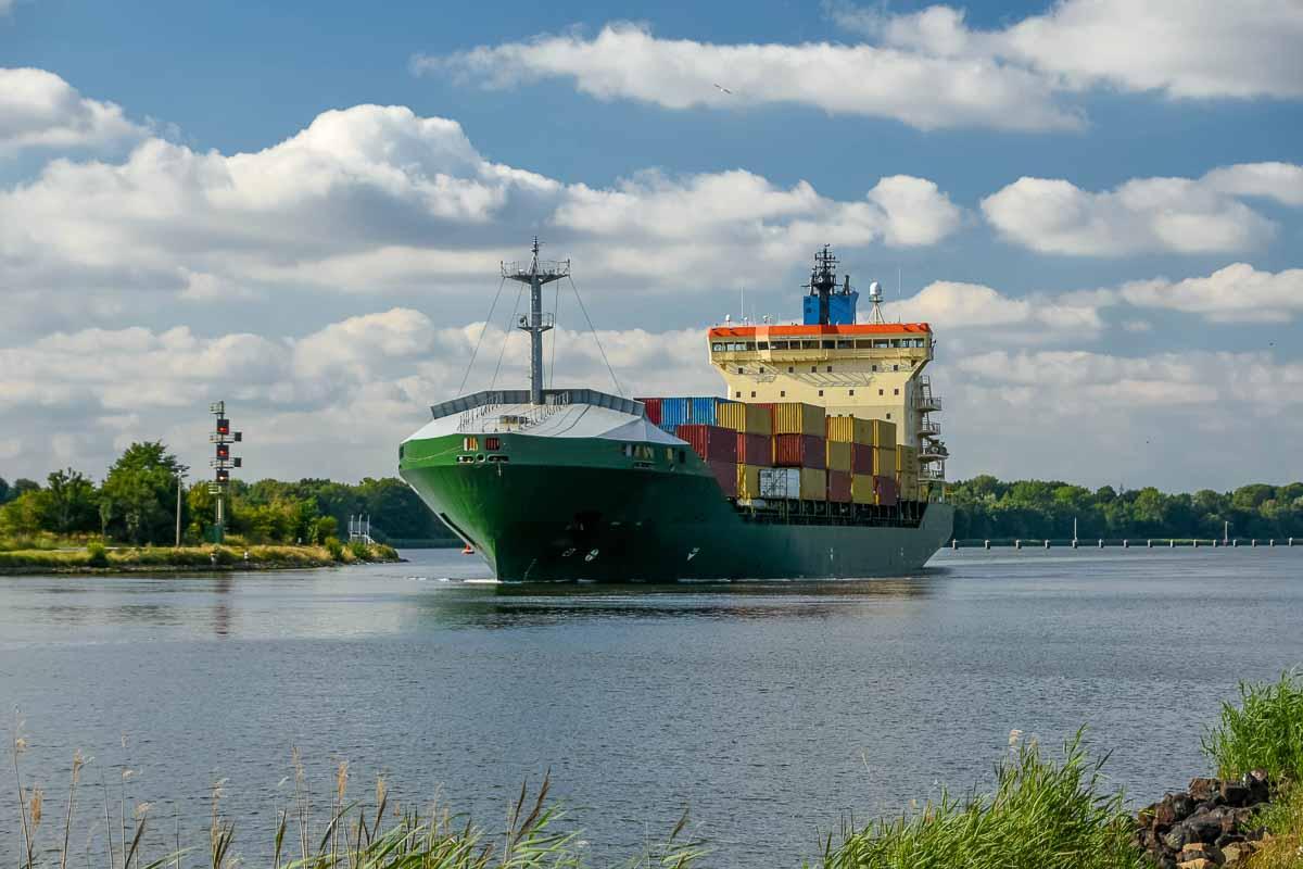 Containerschiff bei Rendsburg