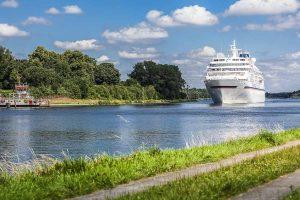 Kreuzfahrtschiff auf dem Nord-Ostsee-Kanal