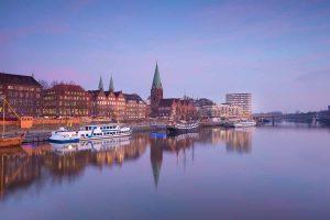 Blick auf Bremen in der Abenddämmerung