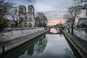 Notre Dame im Sonnenaufgang