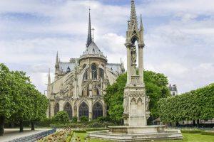 Östliche Fassade der Notre Dame mit Jungfrauen-Springbrunnen